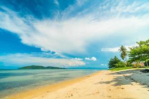praia em uma linda ilha paradisíaca foto