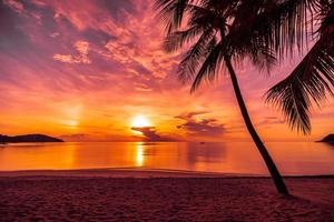 pôr do sol na praia tropical foto