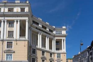 edifícios da cidade com céu azul vladivostok, rússia foto