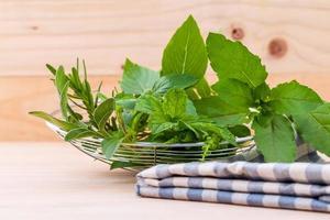 ervas frescas com um pano sobre uma mesa