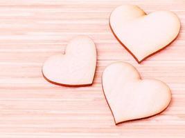 três corações de madeira