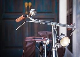 bicicleta vintage perto de uma porta