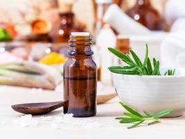 frasco de óleo essencial de alecrim foto