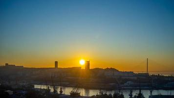 paisagem urbana com o nascer do sol em vladivostok, Rússia foto