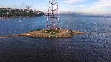vista aérea de uma cidade litorânea e litoral em vladivostok, rússia foto