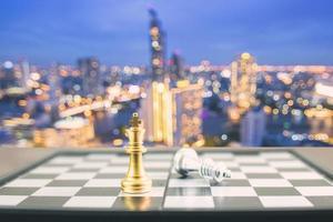 duas peças de xadrez em um tabuleiro foto