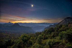 montanha de névoa crepuscular em Jabo, Tailândia foto