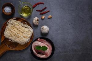 carne crua fresca em um prato foto