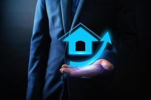 empresário segurando ícone de casa