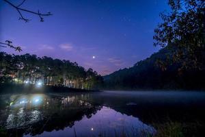 estrelas céu noturno no lago Pang Ung, Pang Ung