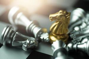 jogo de tabuleiro de xadrez com peças de ouro e prata foto