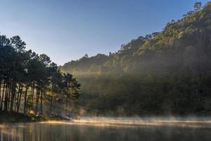 luz da manhã no lago Pang Ung foto