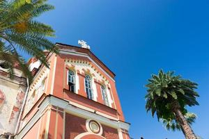 novo mosteiro de athos com céu azul claro na abcásia foto