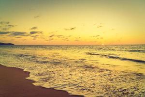 pôr do sol sobre o mar foto