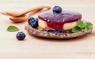 cheesecake de mirtilo com mirtilo foto