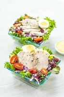 peito de frango grelhado e salada foto