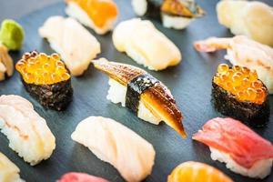 Sushi nigiri com casca de enguia de camarão e atum de salmão e outros sashimis foto