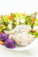 peito de frango grelhado e salada