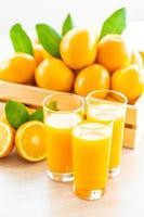 suco de laranja fresco e laranjas