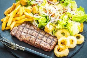 Bife grelhado com batata frita e legumes frescos