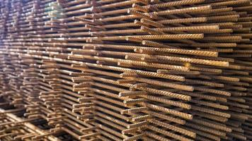ferro de construção enferrujado empilhado