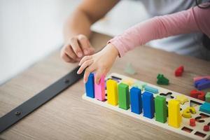 pai e filha brincando com blocos de tijolos