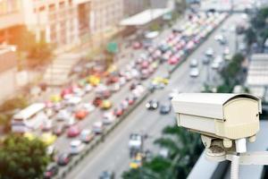 câmera de segurança de tráfego com vista para o tráfego fora de foco