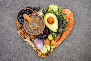 Ingredientes cetogênicos da dieta com baixo teor de carboidratos em formato de coração foto