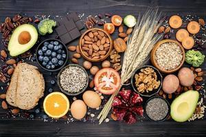 vista superior de alimentos saudáveis em um fundo de ardósia escura foto