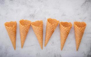 casquinhas de sorvete em um fundo cinza claro