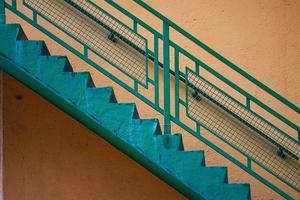 arquitetura de escadas na rua em bilbao city, espanha foto