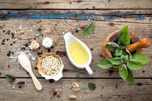 ingredientes pesto em madeira surrada foto