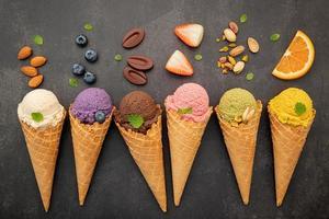 sorvete e coberturas em fundo escuro foto
