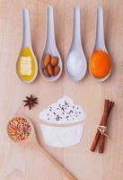 ingredientes de cupcake em madeira foto