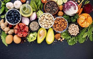 comida saudável em um fundo escuro foto
