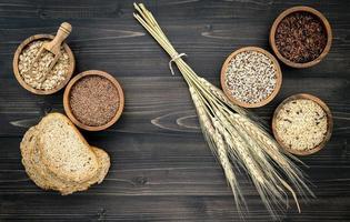 grãos variados em um fundo escuro de madeira