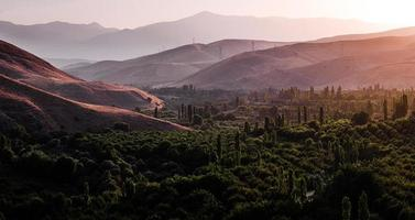 vista aérea da paisagem verde do vale verde, colinas e montanhas