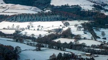 vista aérea da paisagem de inverno com campos, árvores e casas