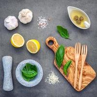 Ingredientes para molho vinagrete de manjericão doce foto