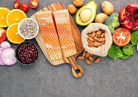 salmão e ingredientes frescos foto