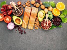 grupo de ingredientes frescos com salmão foto