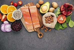 alimentos saudáveis em um fundo cinza escuro foto