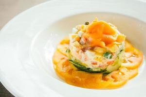 salada de salmão defumado em prato branco
