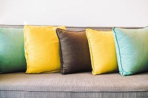 almofadas no sofá foto