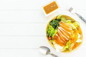 sashimi de salmão fresco cru com algas e outros vegetais