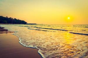 pôr do sol na praia foto