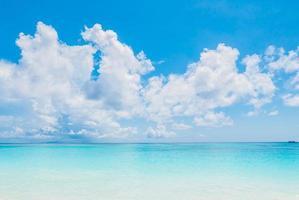 bela praia tropical na tailândia foto