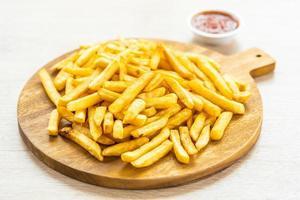batatas fritas com ketchup foto