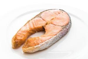 bife de salmão frito no fundo branco