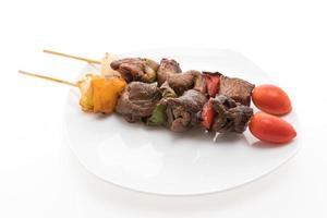 espeto de churrasco de carne grelhada no fundo branco foto